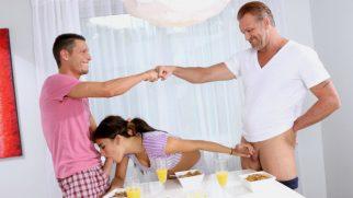 Para Uğruna Üvey Babasıyla Ağabeyinin Seks Kölesi Oluyor