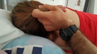 Uykucu Sürtüğün Saçlarından Tutup Amcığa Hunharca Köklüyor