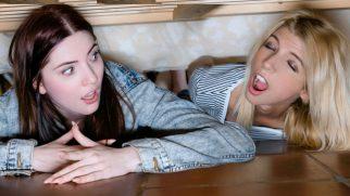 Yatağın Altına Sıkışan Yaramaz Kızlar Cezasını Çekiyor