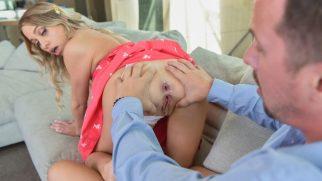 Üvey Kızının Daracık Göt Deliğini Görünce Dayanamıyor