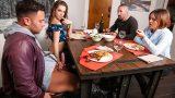 Yeni Erkek Arkadaşını Ailesiyle Tanıştırmanın Bedelini Ödüyor